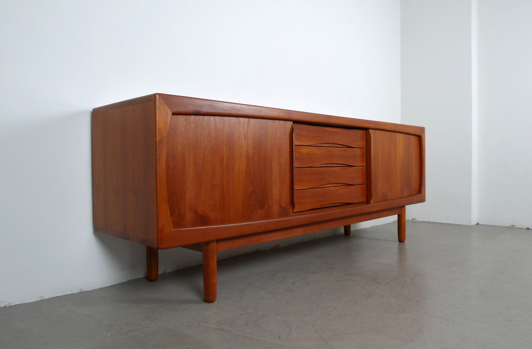 teak sideboard mit schiebet ren und schubladen von dyrlund. Black Bedroom Furniture Sets. Home Design Ideas