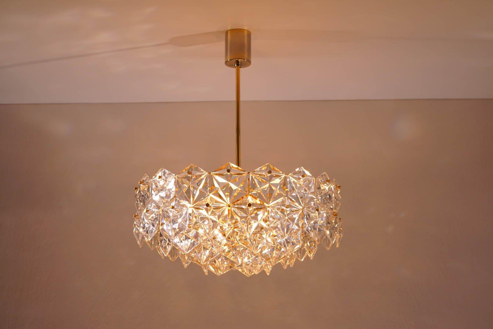 f nfstufiger vergoldeter kronleuchter mit sechseckigen kristallen von kinkeldey 1960er bei. Black Bedroom Furniture Sets. Home Design Ideas