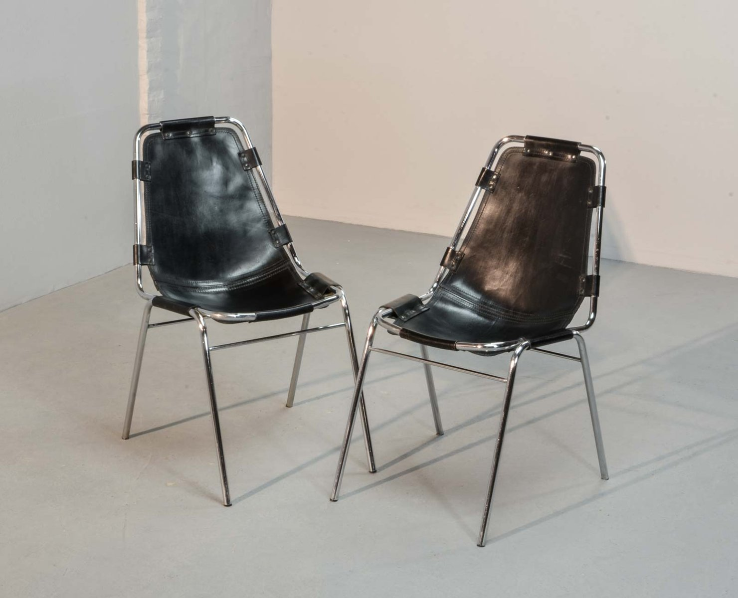 chaises les arcs par charlotte perriand pour cassina 1968 set de 2 en vente sur pamono. Black Bedroom Furniture Sets. Home Design Ideas