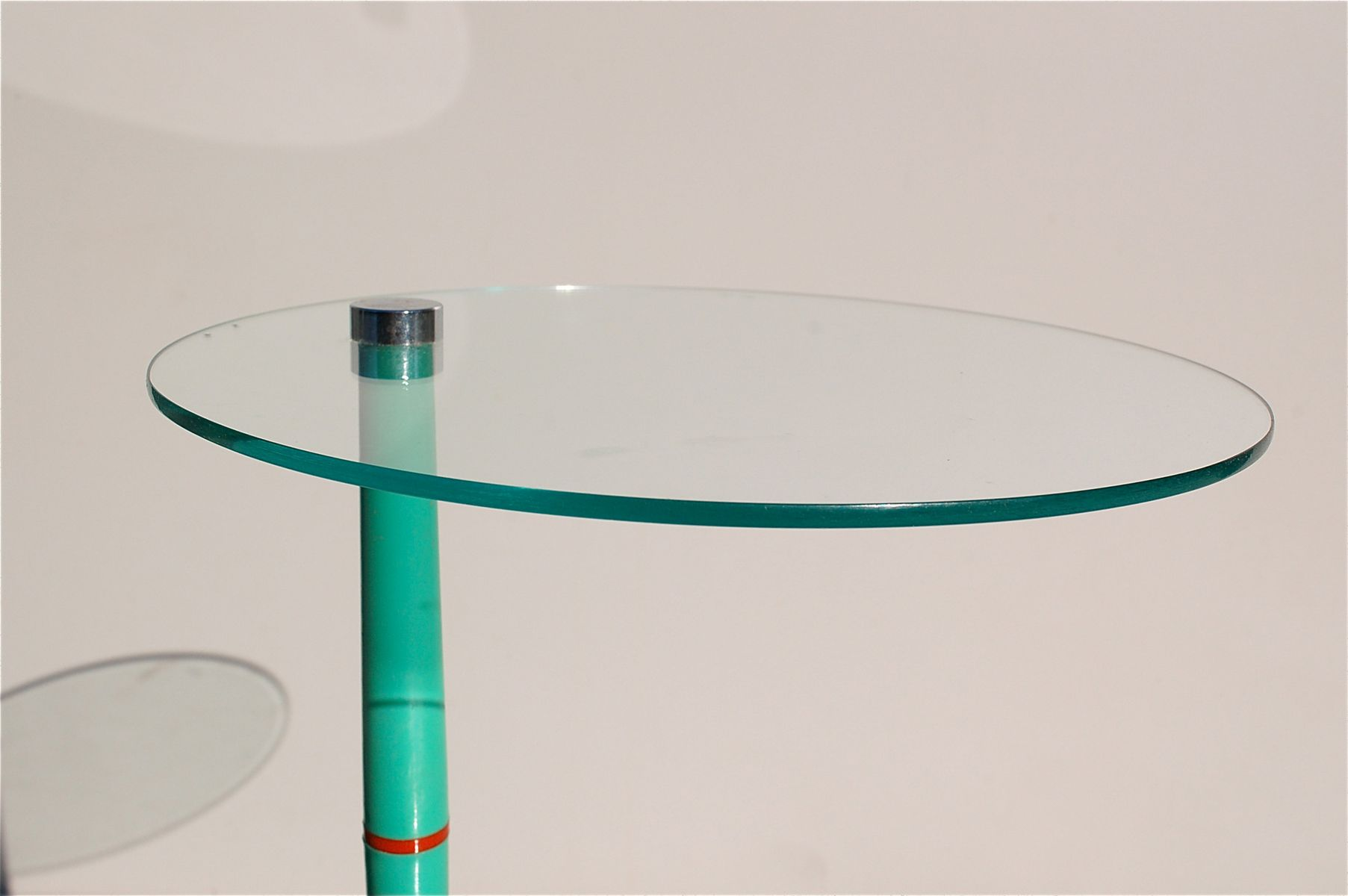 italienischer vintage beistelltisch aus glas mit gr nen tischbeinen bei pamono kaufen. Black Bedroom Furniture Sets. Home Design Ideas