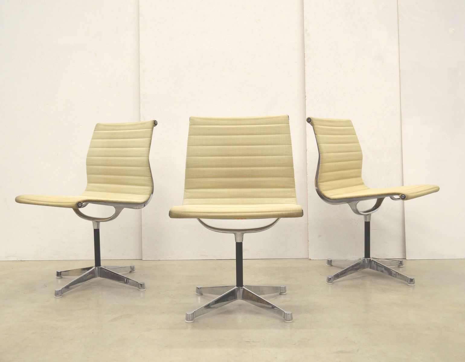 Aluminium Office Furniture : Beige ea aluminum office chairs by charles ray eames
