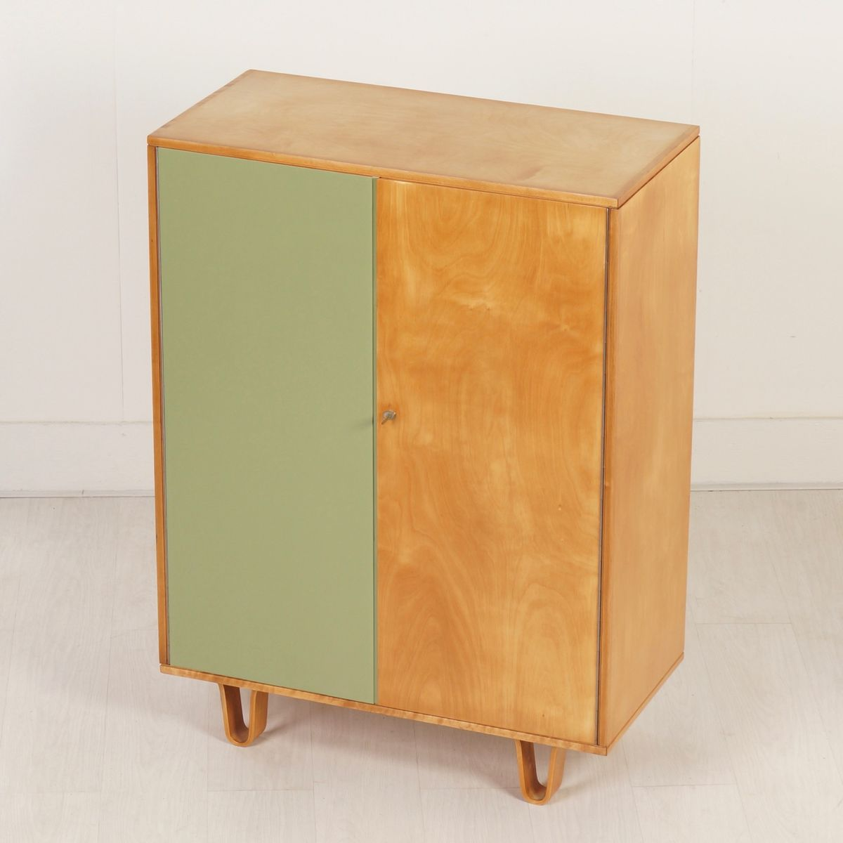 kleiner cb06 kleiderschrank von cees braakman f r pastoe 1950er bei pamono kaufen. Black Bedroom Furniture Sets. Home Design Ideas