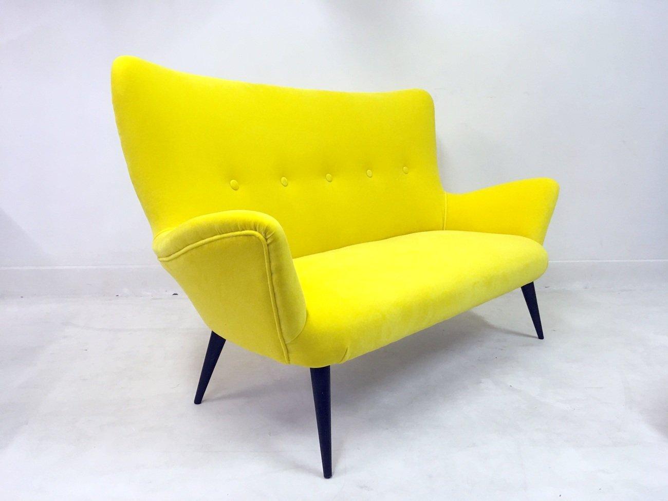 italienisches gelbes sofa und hocker aus samt 1950er 2er. Black Bedroom Furniture Sets. Home Design Ideas