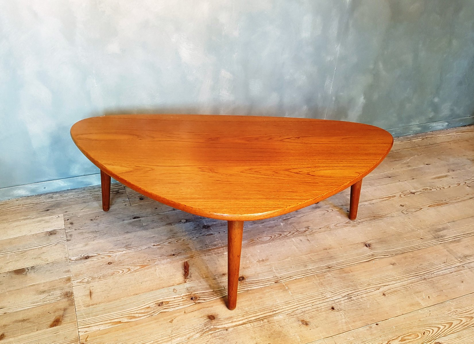 Table basse 3 pieds vintage en teck danemark en vente for Table basse 3 pieds