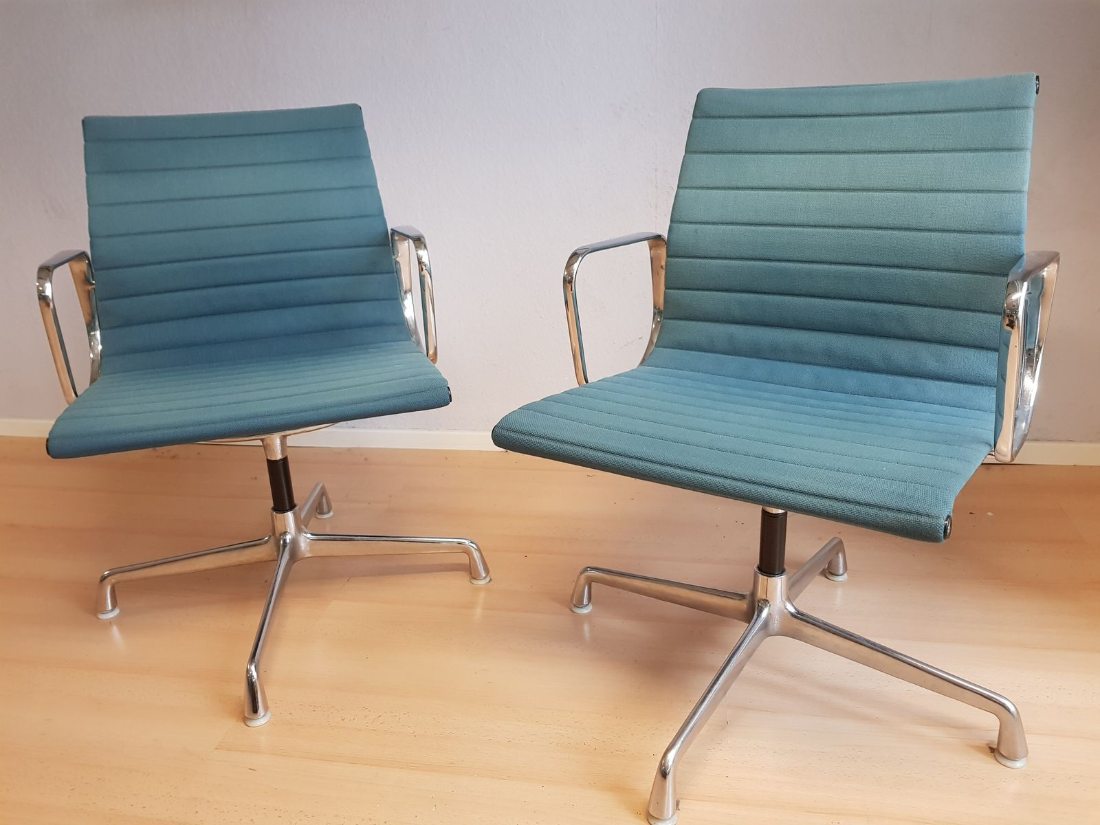 Chaises de bureau ea 108 avec tapisserie bleu p trole par for Chaise eames bleu petrole