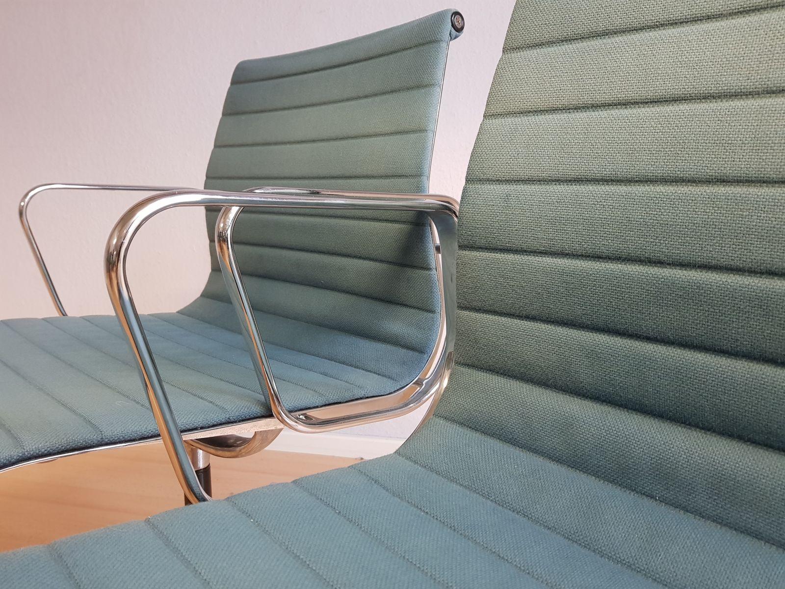 Chaises de bureau ea 108 avec tapisserie bleu p trole par for Chaise eames vitra soldes
