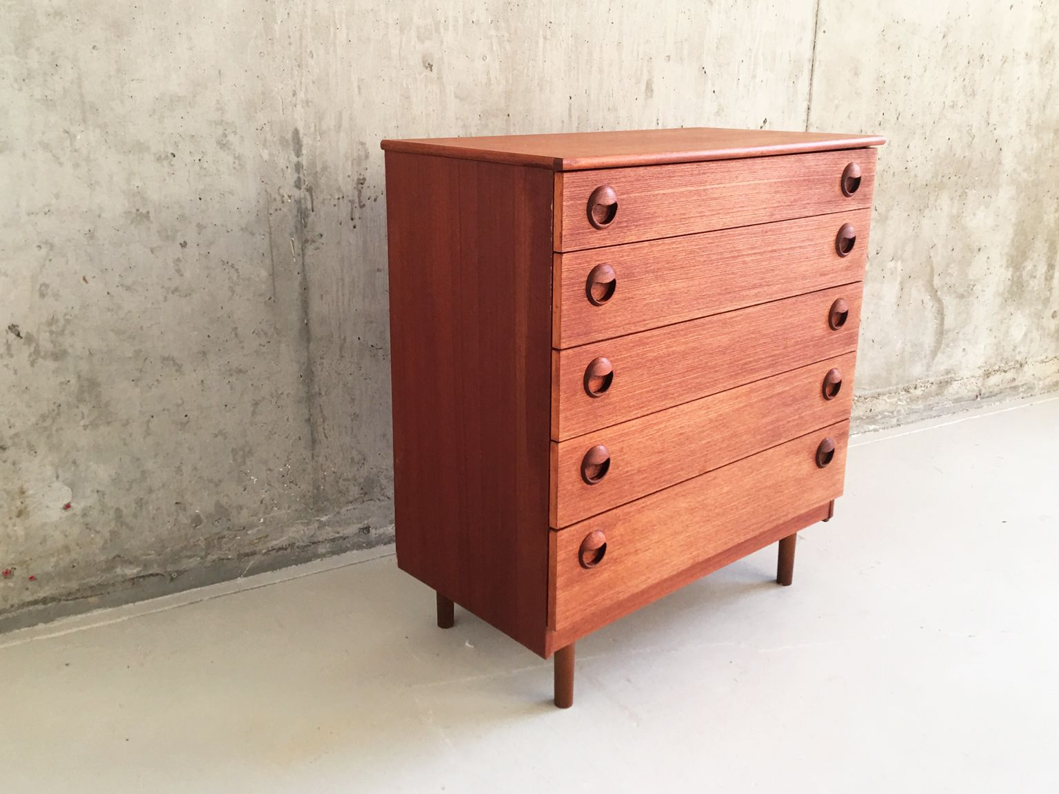 hohe britische mid century kommode aus teak 1970er bei. Black Bedroom Furniture Sets. Home Design Ideas