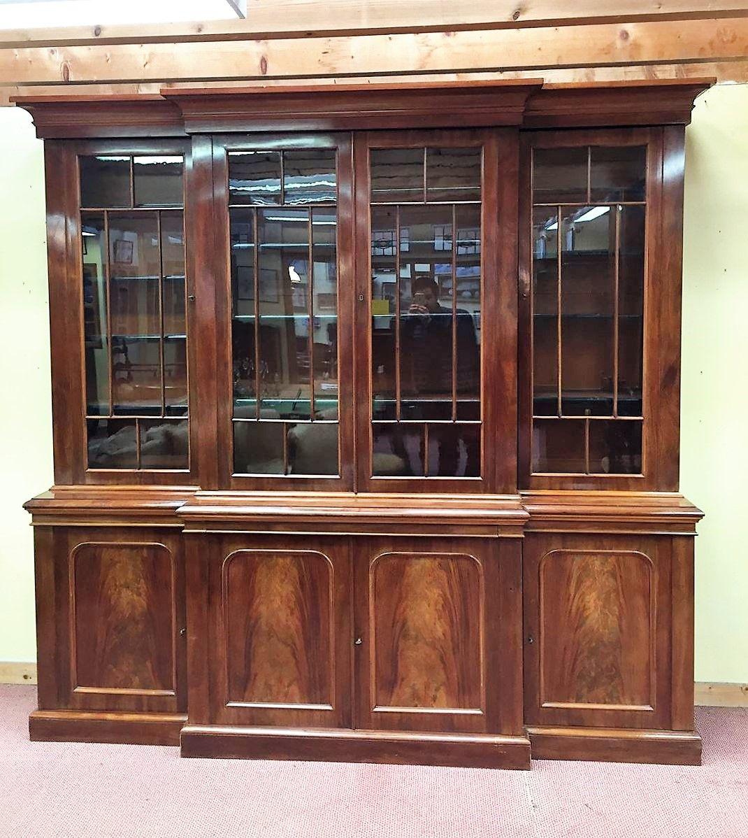 viktorianischer antiker schrank aus mahagoni mit vitrine. Black Bedroom Furniture Sets. Home Design Ideas
