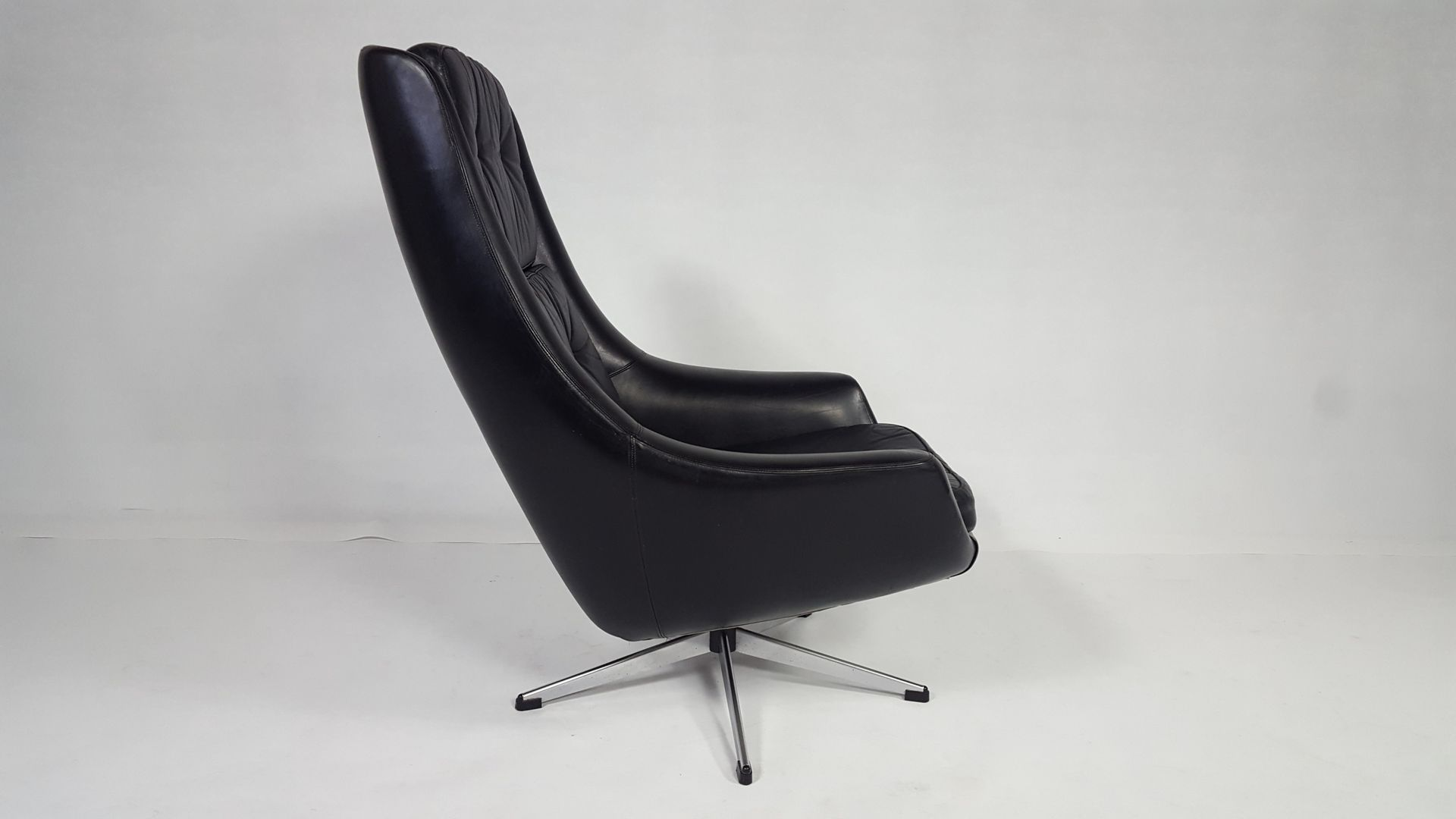 Vintage leather swivel lounge chair for sale at pamono for Swivel club chair leather