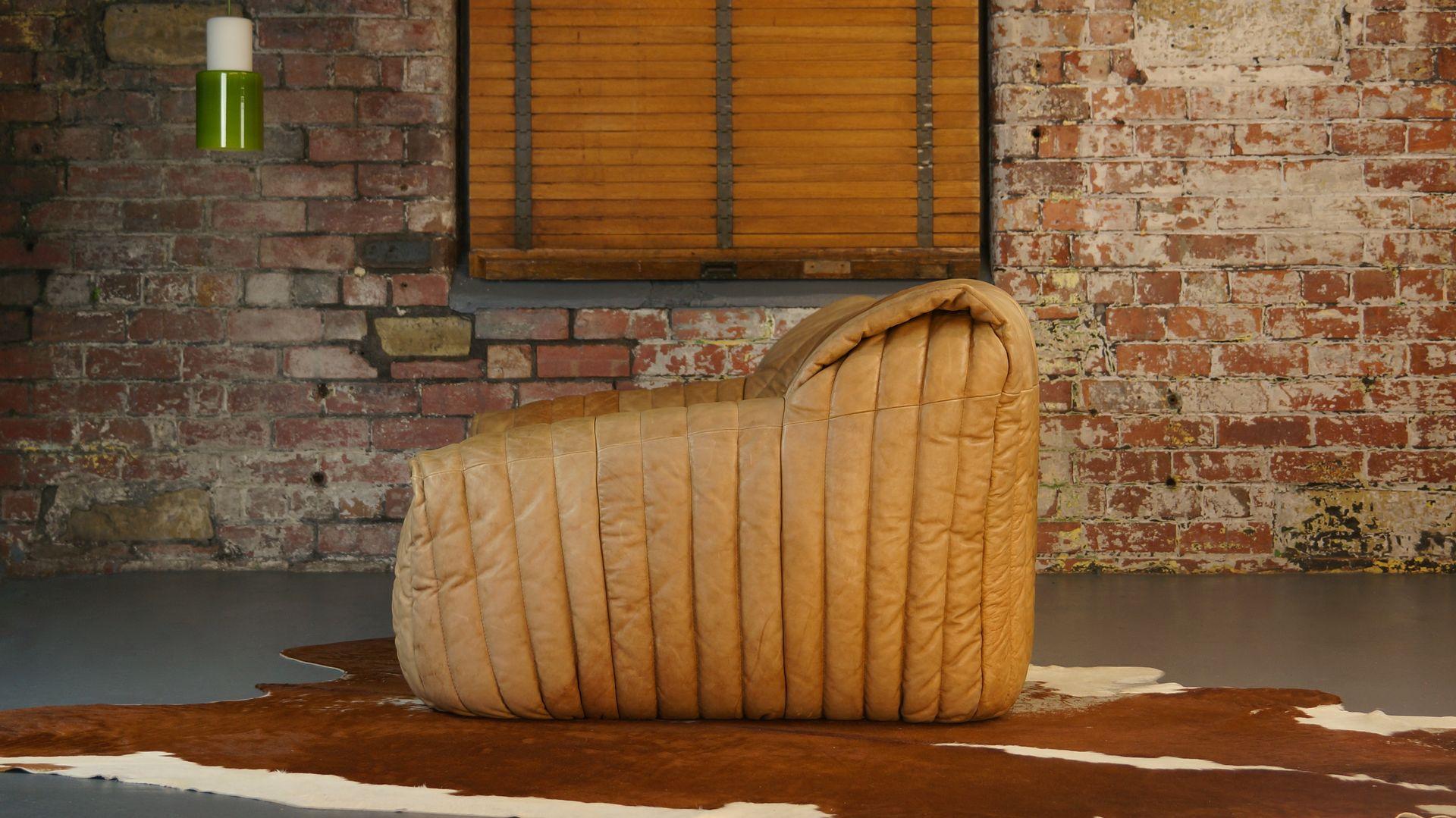 canap deux places en cuir tann par annie hieronimus pour. Black Bedroom Furniture Sets. Home Design Ideas