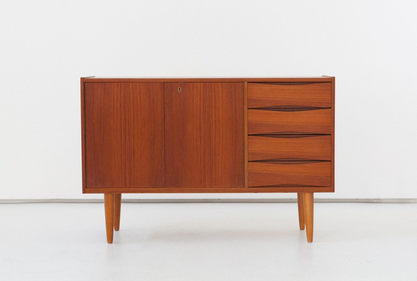 d nisches teak sideboard kommode 1950er 2er set bei pamono kaufen. Black Bedroom Furniture Sets. Home Design Ideas