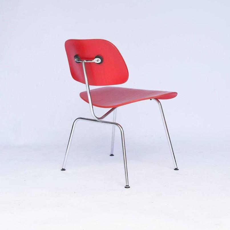 roter vintage dcm stuhl von charles ray eames f r vitra bei pamono kaufen. Black Bedroom Furniture Sets. Home Design Ideas