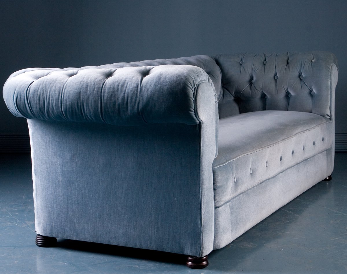 antique chesterfield style sofa in blue velvet 1900s bei pamono kaufen. Black Bedroom Furniture Sets. Home Design Ideas
