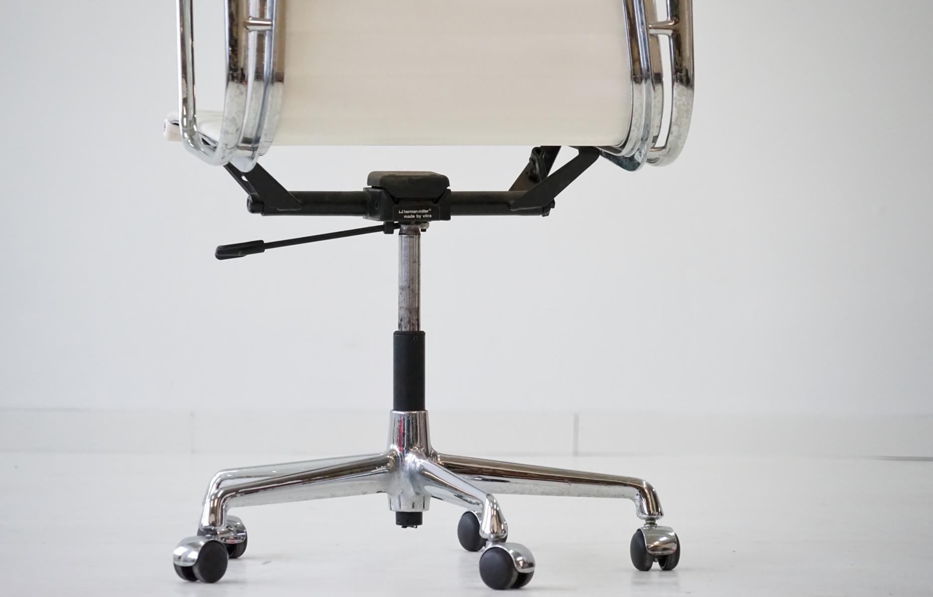 chaise de bureau mid century ea 119 en aluminium par. Black Bedroom Furniture Sets. Home Design Ideas