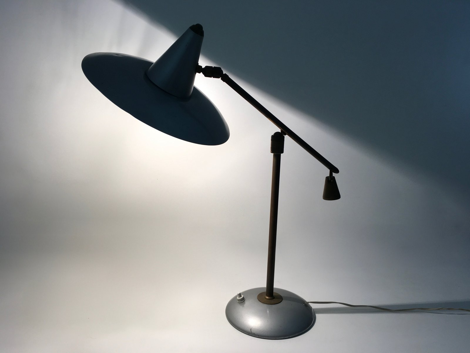 tischlampe aus messing lackiertem metall 1950er bei. Black Bedroom Furniture Sets. Home Design Ideas
