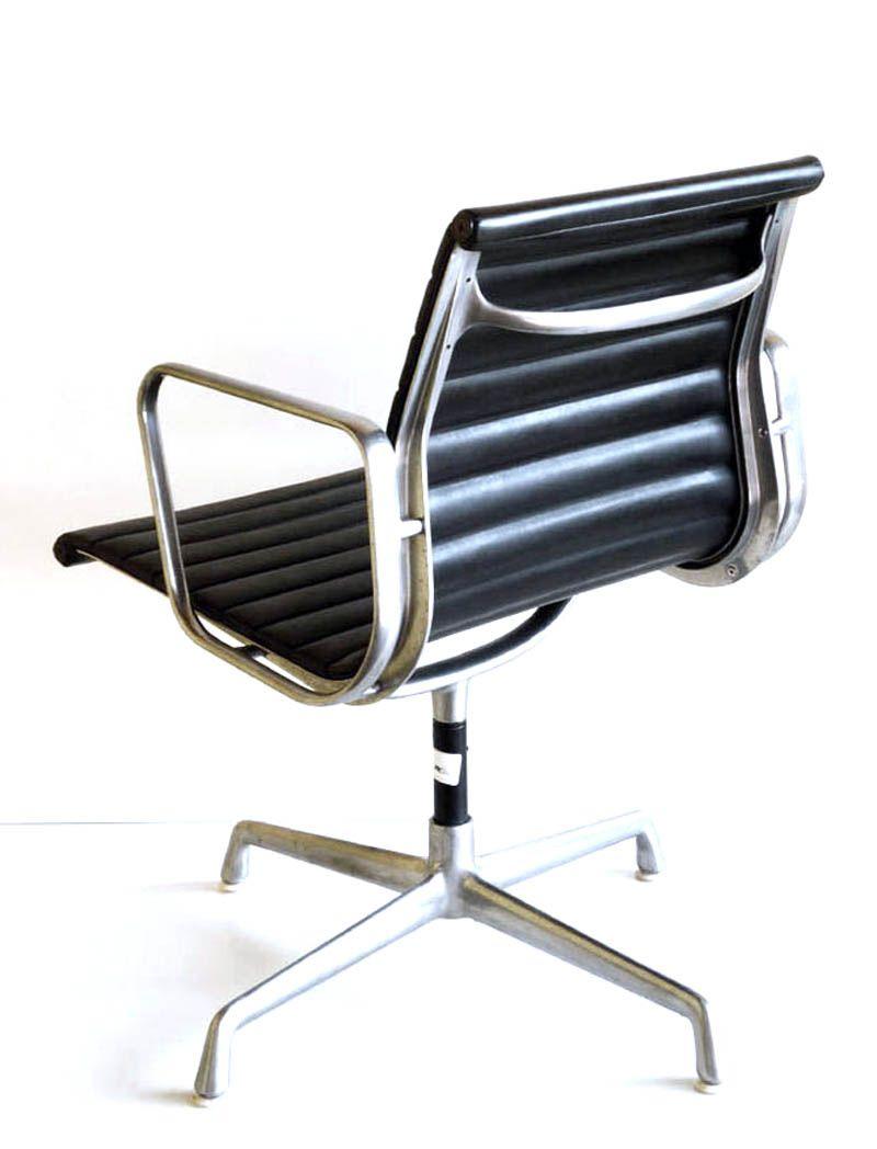 modell ea 108 stuhl von charles ray eames f r icf f r hermann miller 1960er bei pamono kaufen. Black Bedroom Furniture Sets. Home Design Ideas
