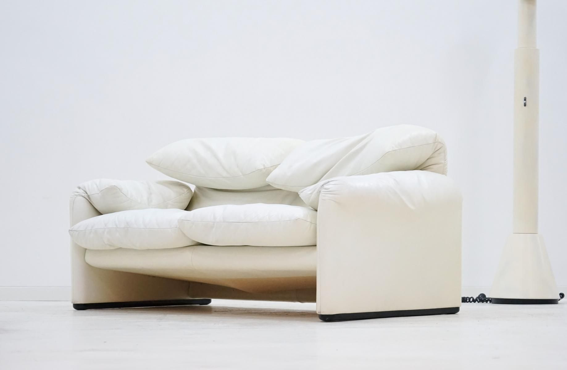 Maralunga 2 seater sofa in white leather by vico for Sofa 8 cassina