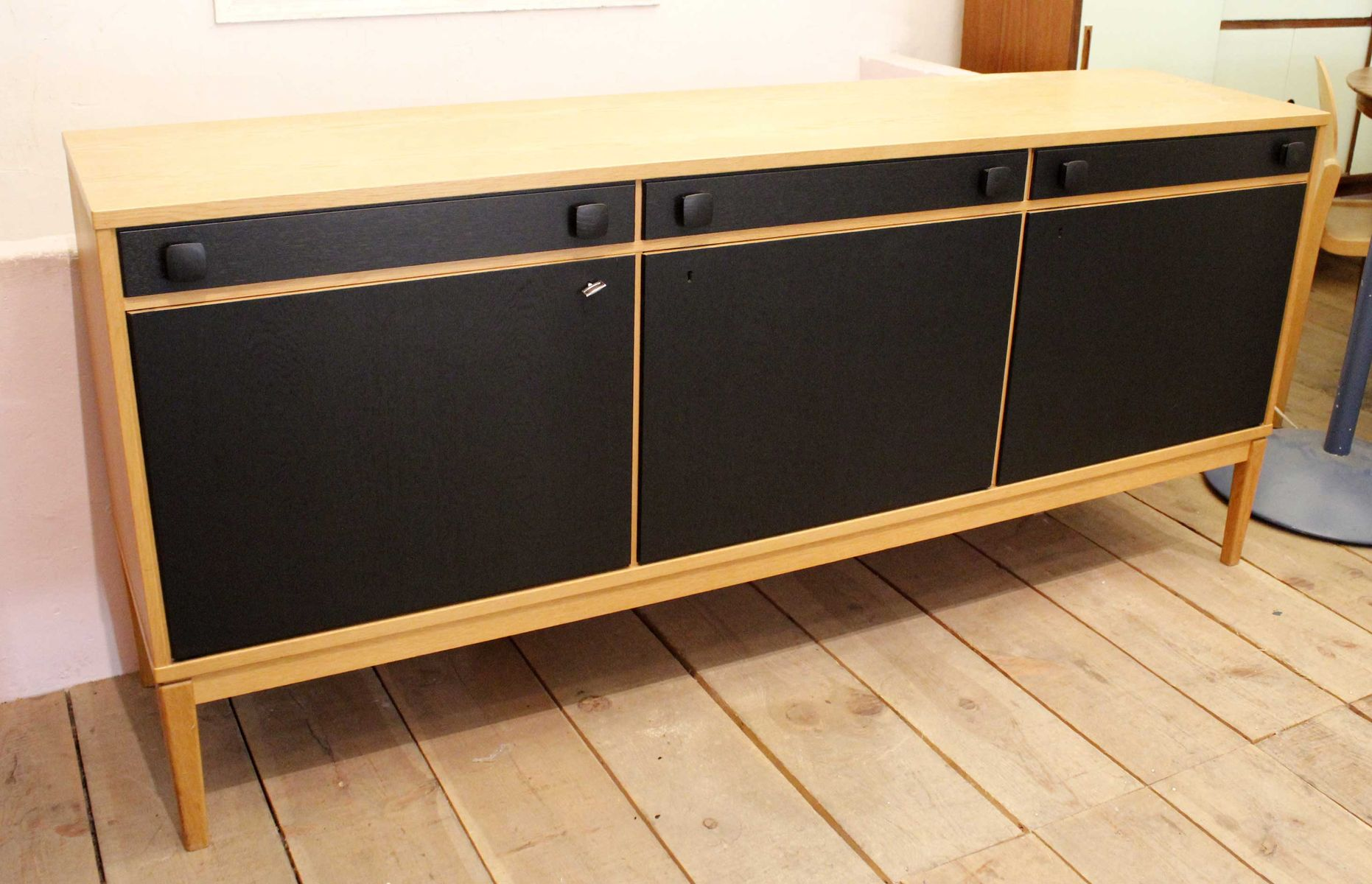 vintage sideboard aus eiche mit schwarzen t ren bei pamono. Black Bedroom Furniture Sets. Home Design Ideas