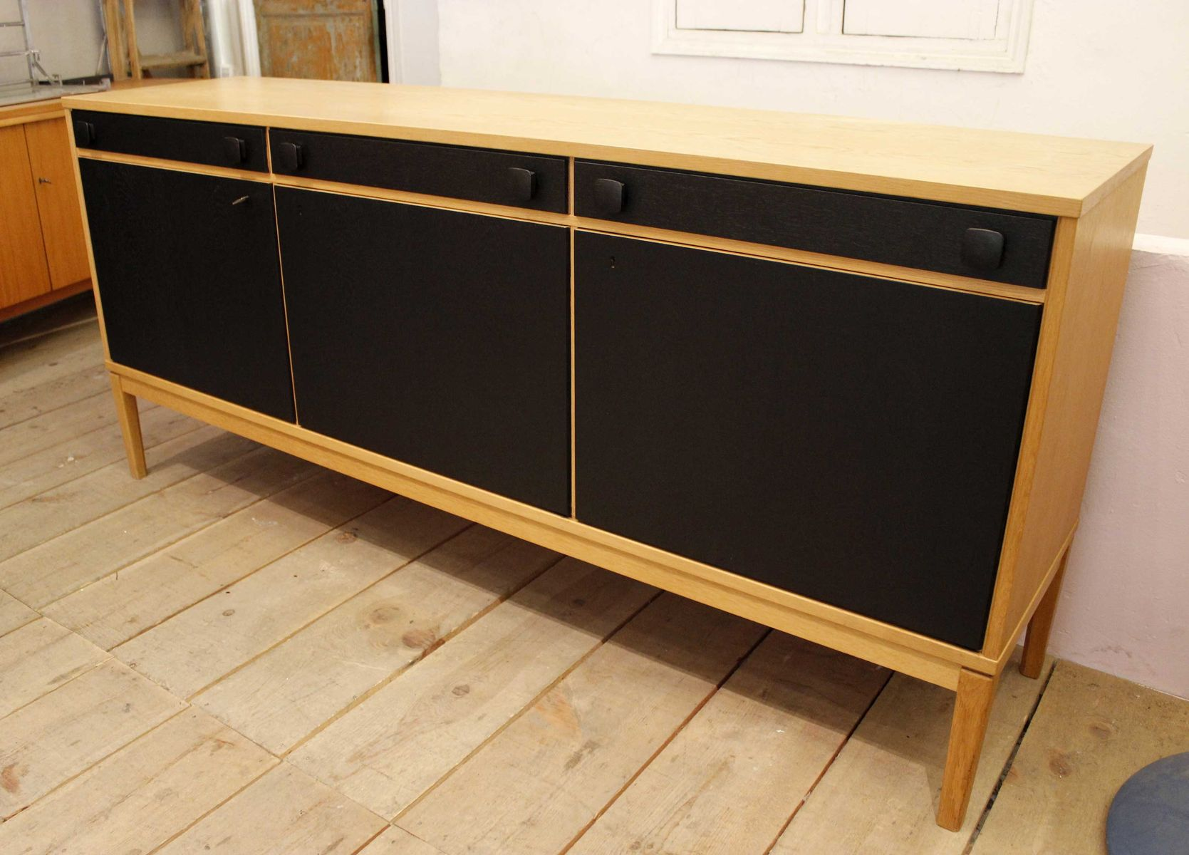 vintage sideboard aus eiche mit schwarzen t ren bei pamono kaufen. Black Bedroom Furniture Sets. Home Design Ideas