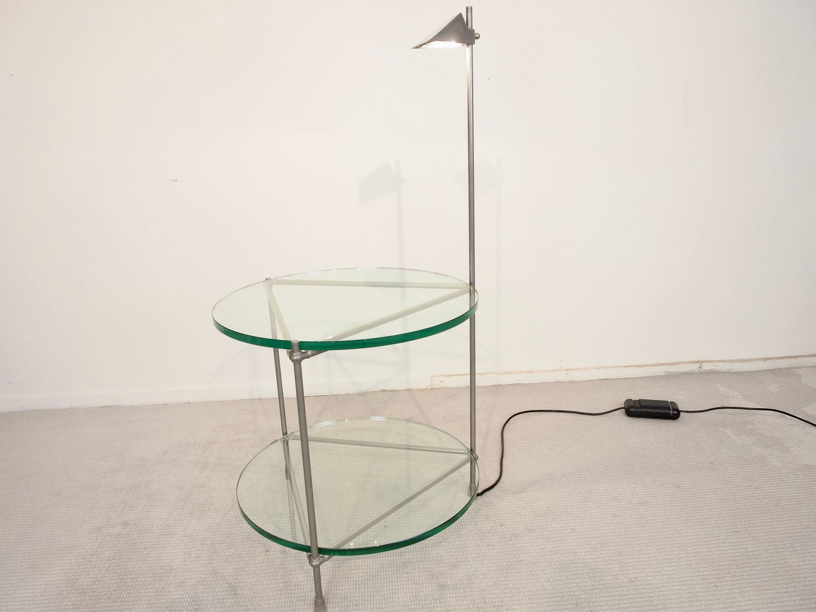 round beistelltisch aus chrom und glas mit integrierter lampe von peter ghyzcy bei pamono kaufen. Black Bedroom Furniture Sets. Home Design Ideas