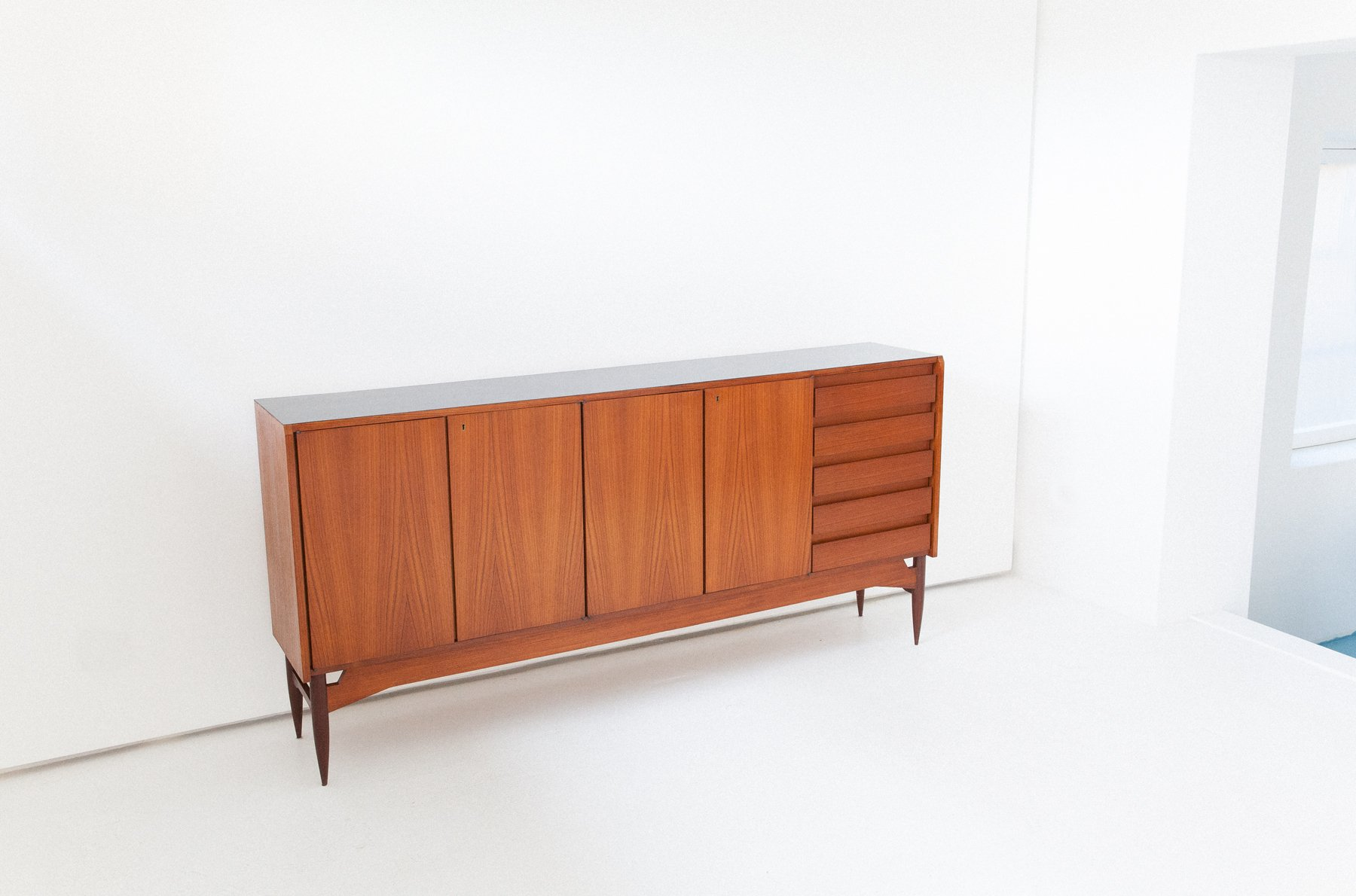 italienisches teak sideboard mit schwarzer oberseite 1950er bei pamono kaufen. Black Bedroom Furniture Sets. Home Design Ideas