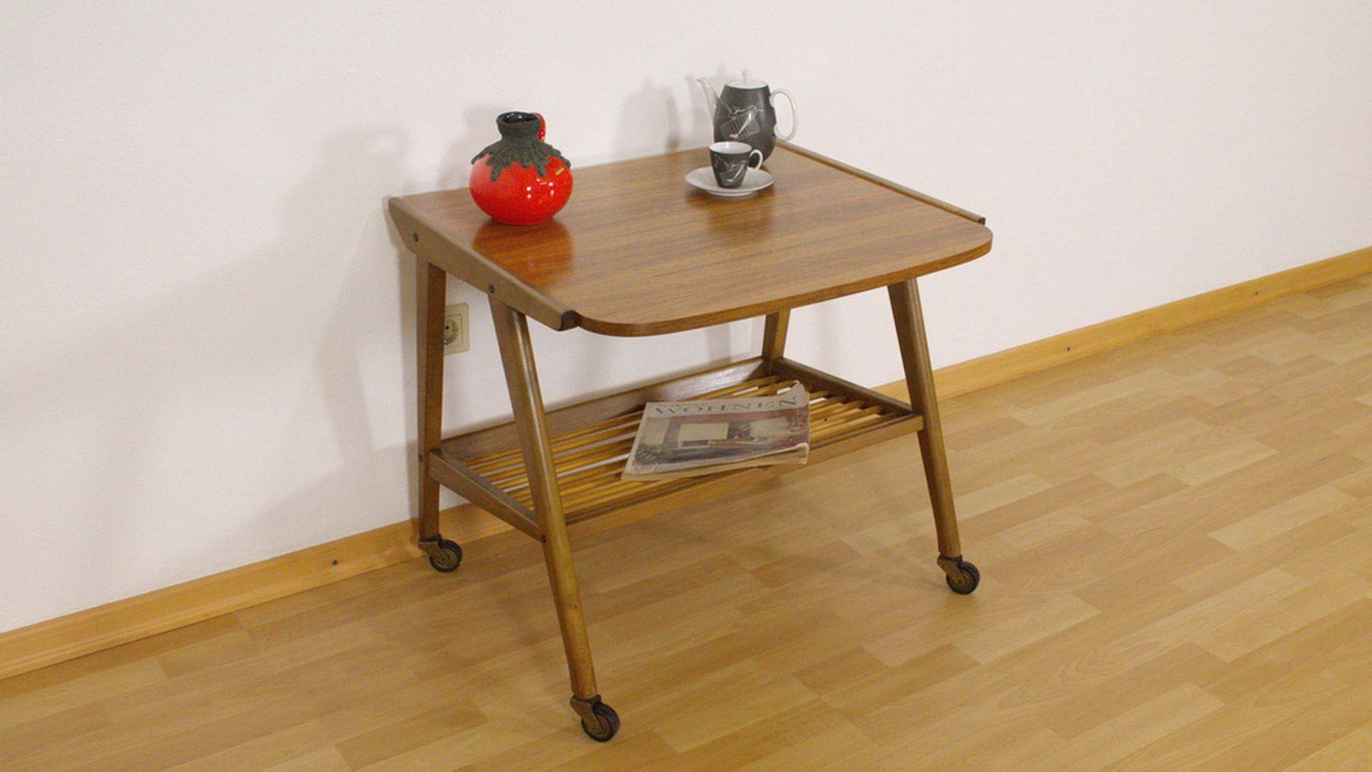 mid century walnuss beistelltisch auf rollen mit ablage. Black Bedroom Furniture Sets. Home Design Ideas
