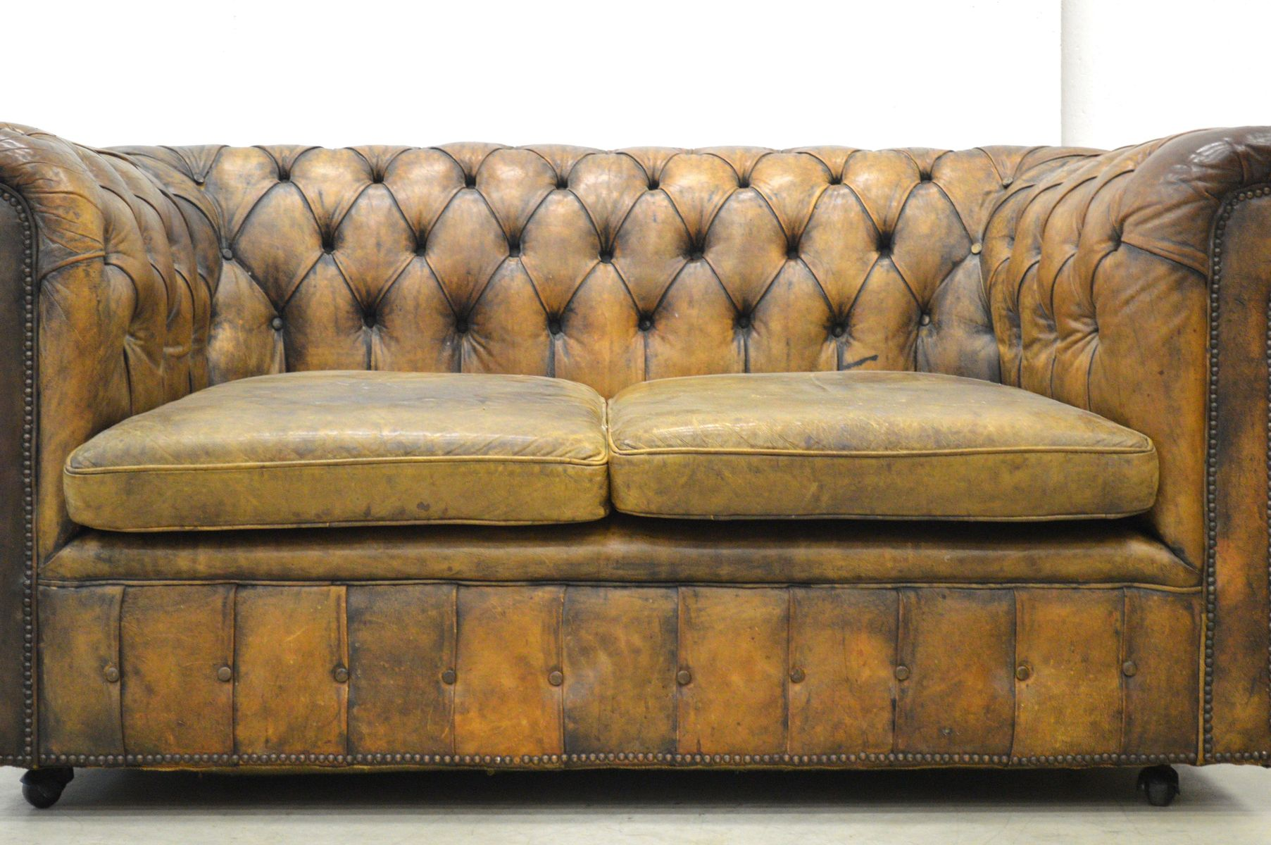 englisches art deco chesterfield 2 sitzer leder sofa in cognacbraun 1930er bei pamono kaufen. Black Bedroom Furniture Sets. Home Design Ideas