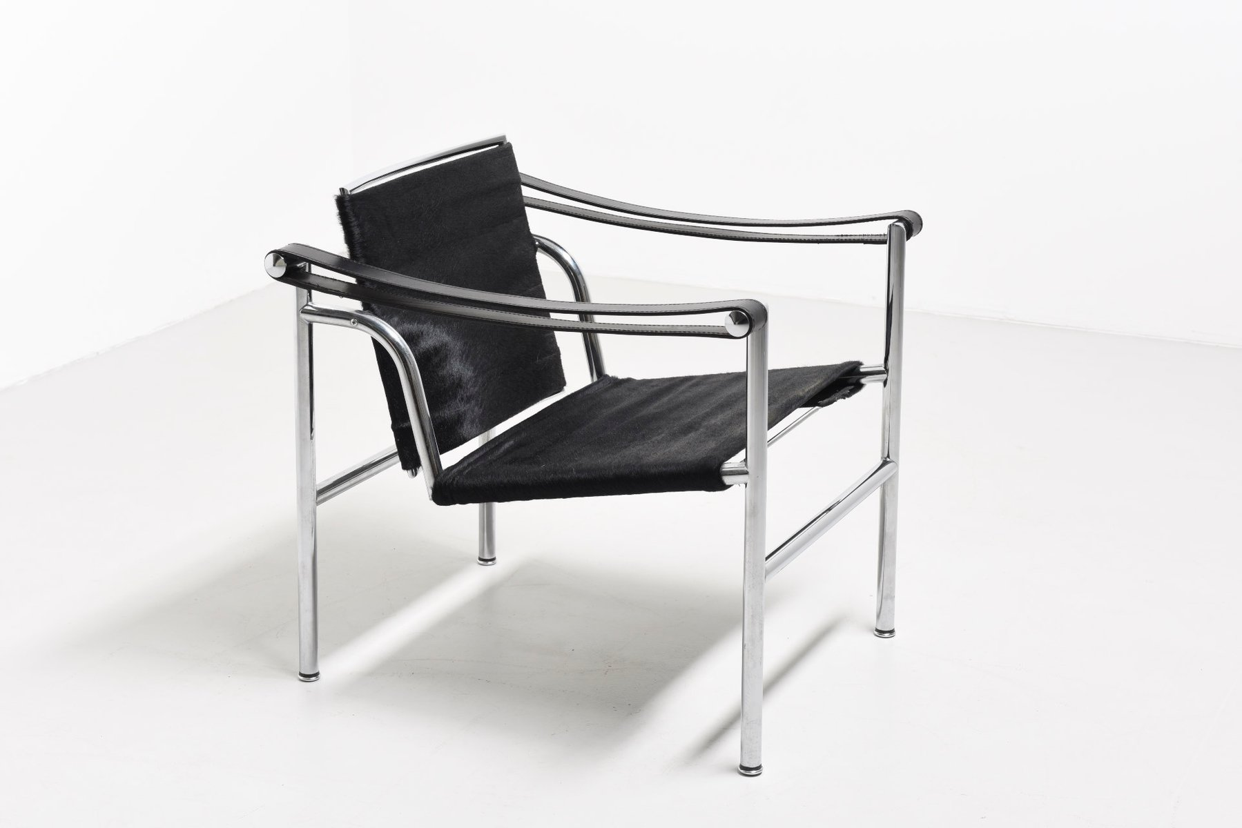 Vintage lc1 lounge chair by le corbusier pierre jeanneret for Le corbusier meuble