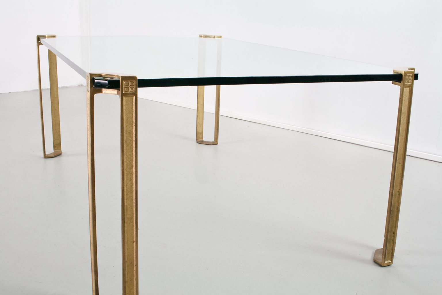 moderner tisch aus messing glas von peter ghyczy 1970er. Black Bedroom Furniture Sets. Home Design Ideas