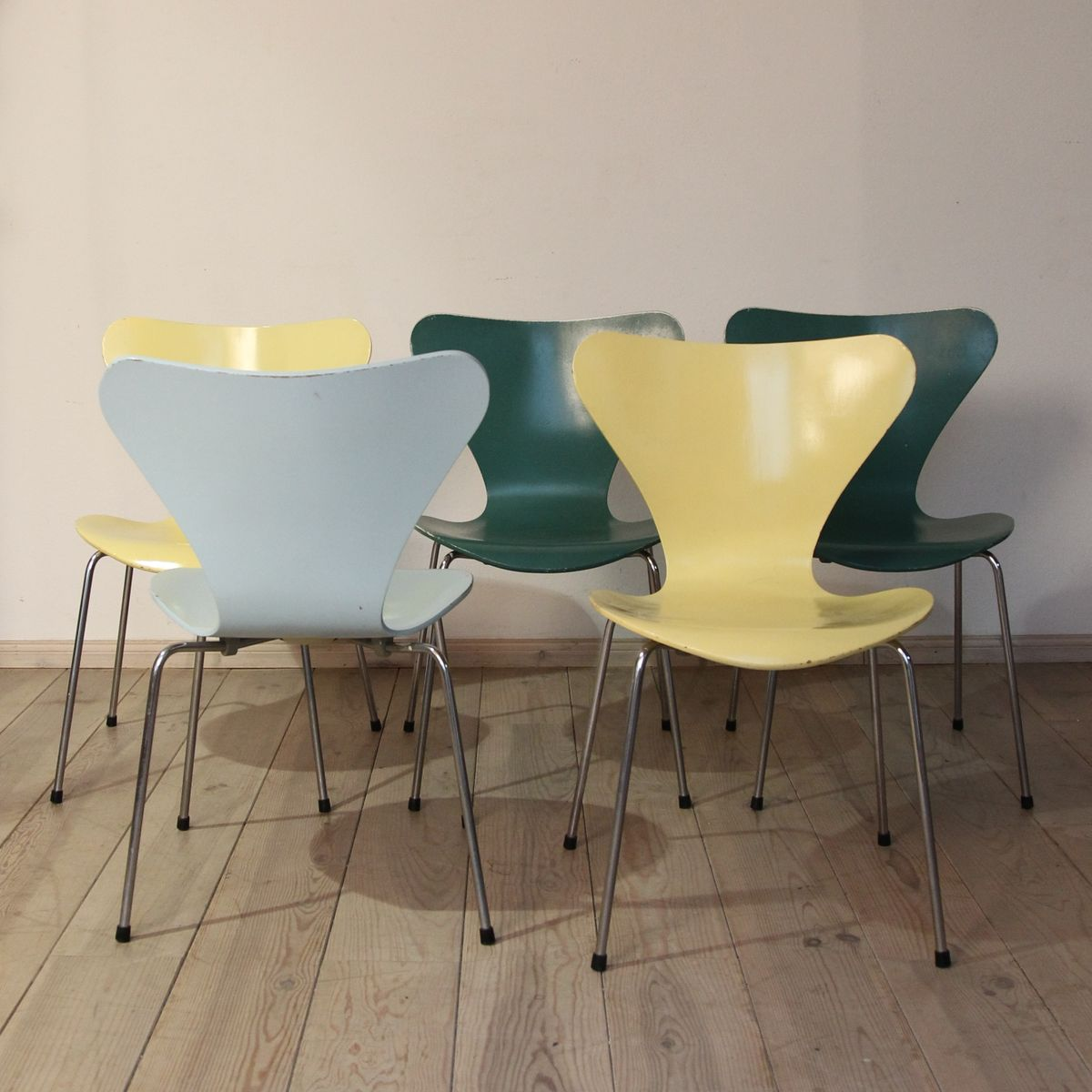 Chaises s ries 7 color es par arne jacobsen pour fritz for Chaises colorees