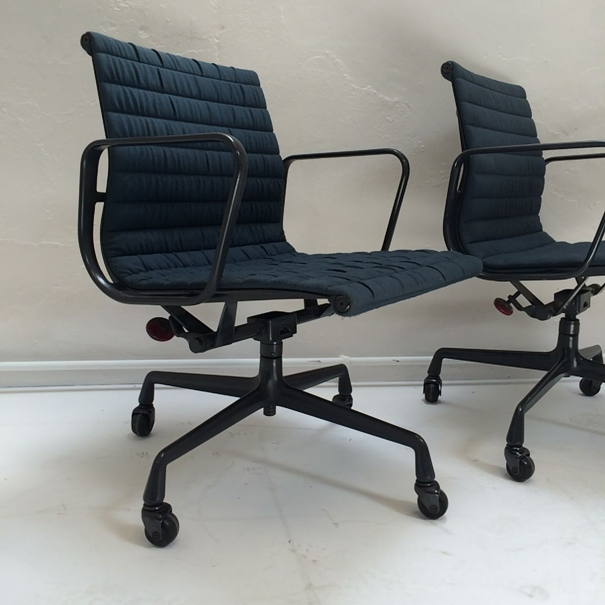 ea108 aluminium b rostuhl von charles eames f r herman miller 1950er bei pamono kaufen. Black Bedroom Furniture Sets. Home Design Ideas