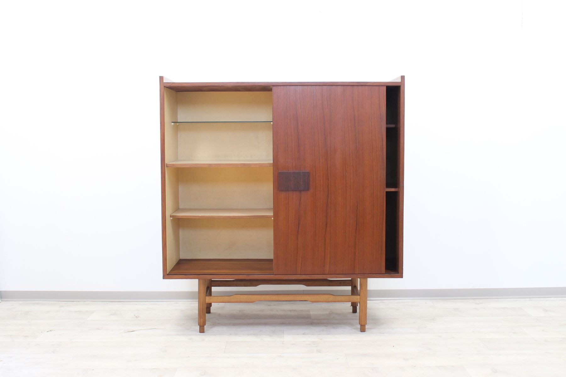 skandinavischer mid century teakholz schrank mit schiebet ren bei pamono kaufen. Black Bedroom Furniture Sets. Home Design Ideas
