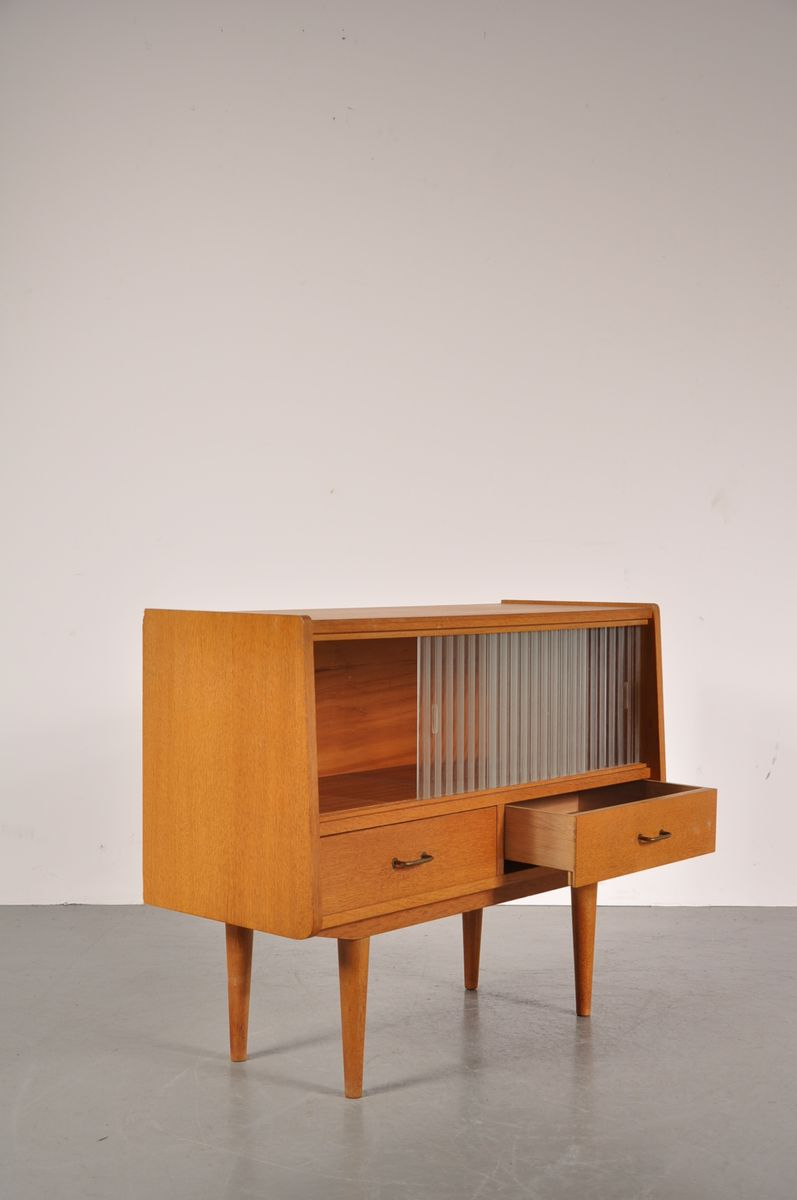 kleines vintage birkenholz sideboard mit glasschiebet ren. Black Bedroom Furniture Sets. Home Design Ideas