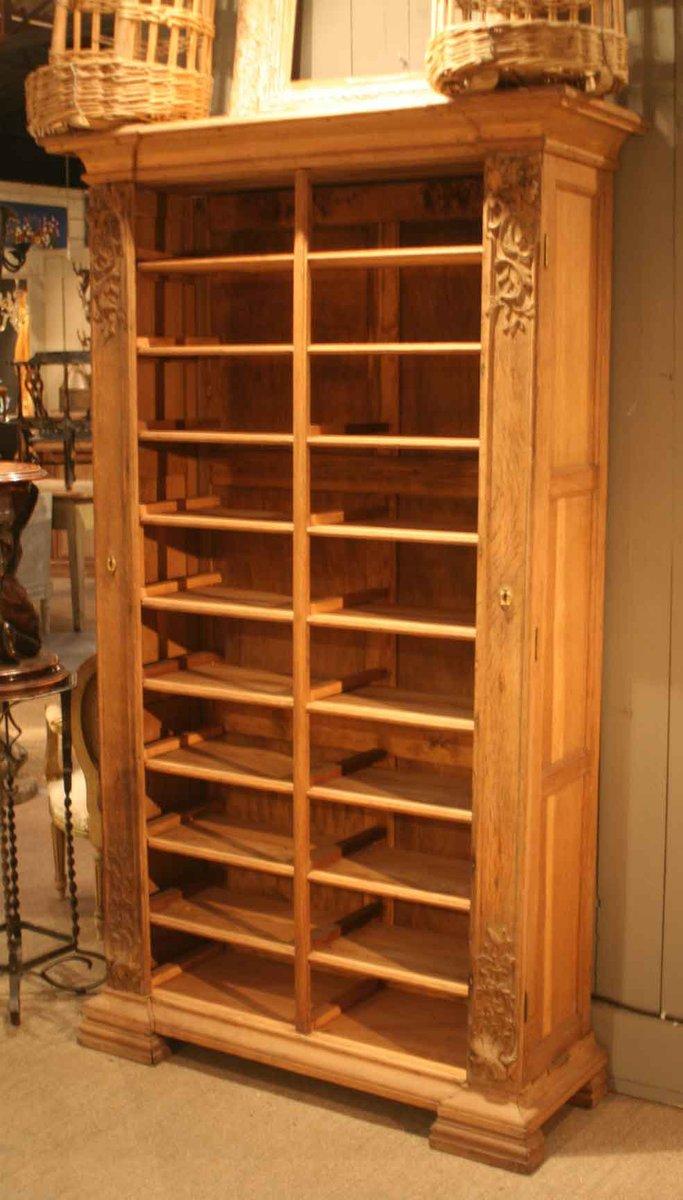 antiker geschnitzter holz schrank bei pamono kaufen. Black Bedroom Furniture Sets. Home Design Ideas
