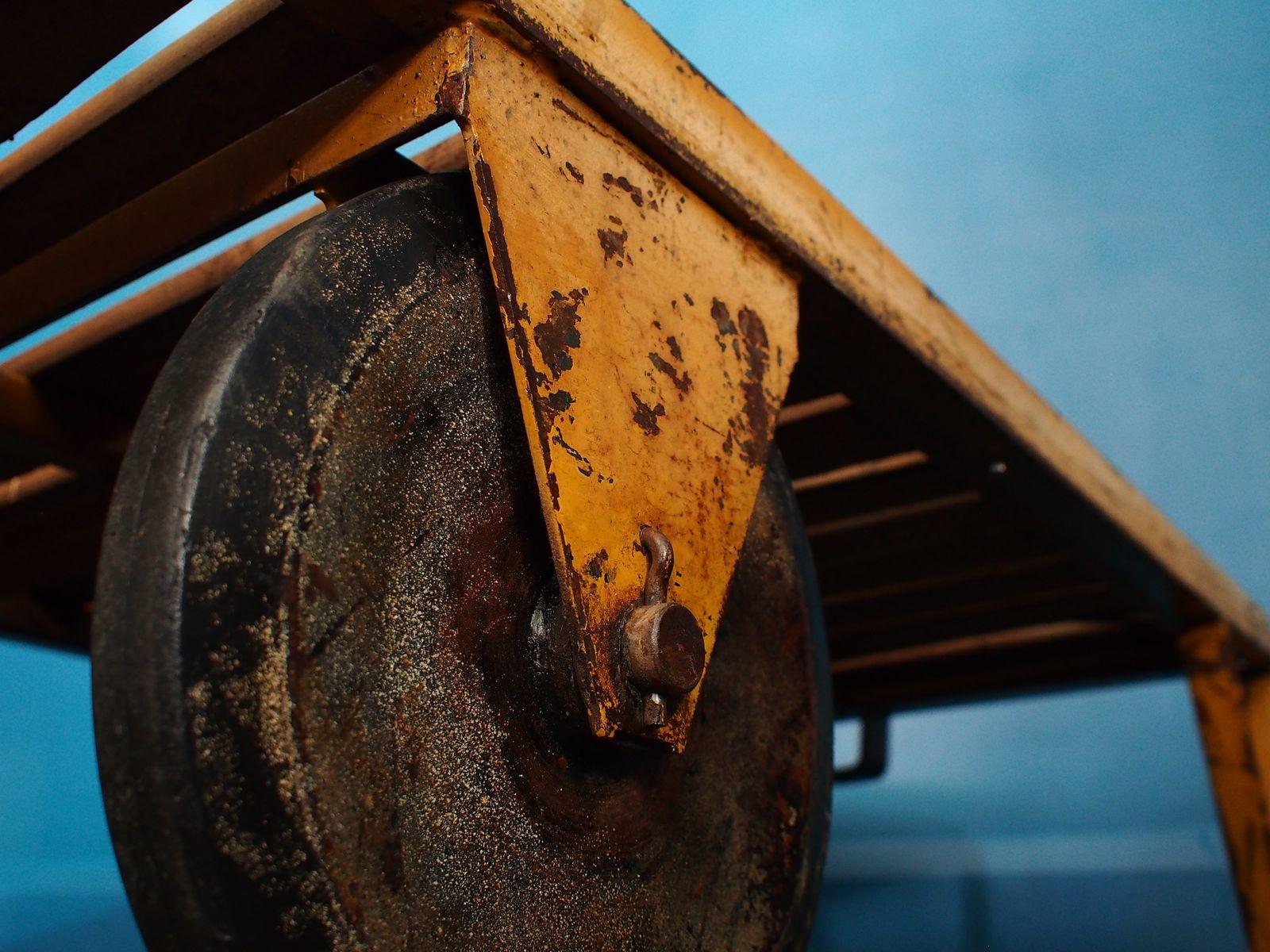 Englischer Vintage Industrie Couchtisch aus SemiHartholz