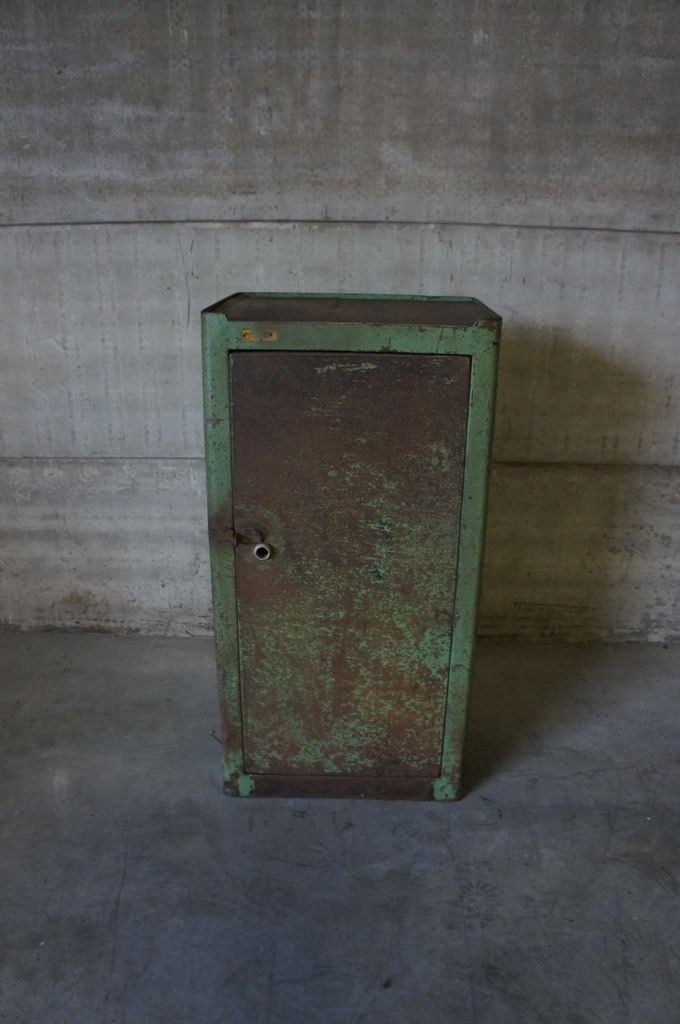 armoire vintage industrielle allemagne en vente sur pamono. Black Bedroom Furniture Sets. Home Design Ideas