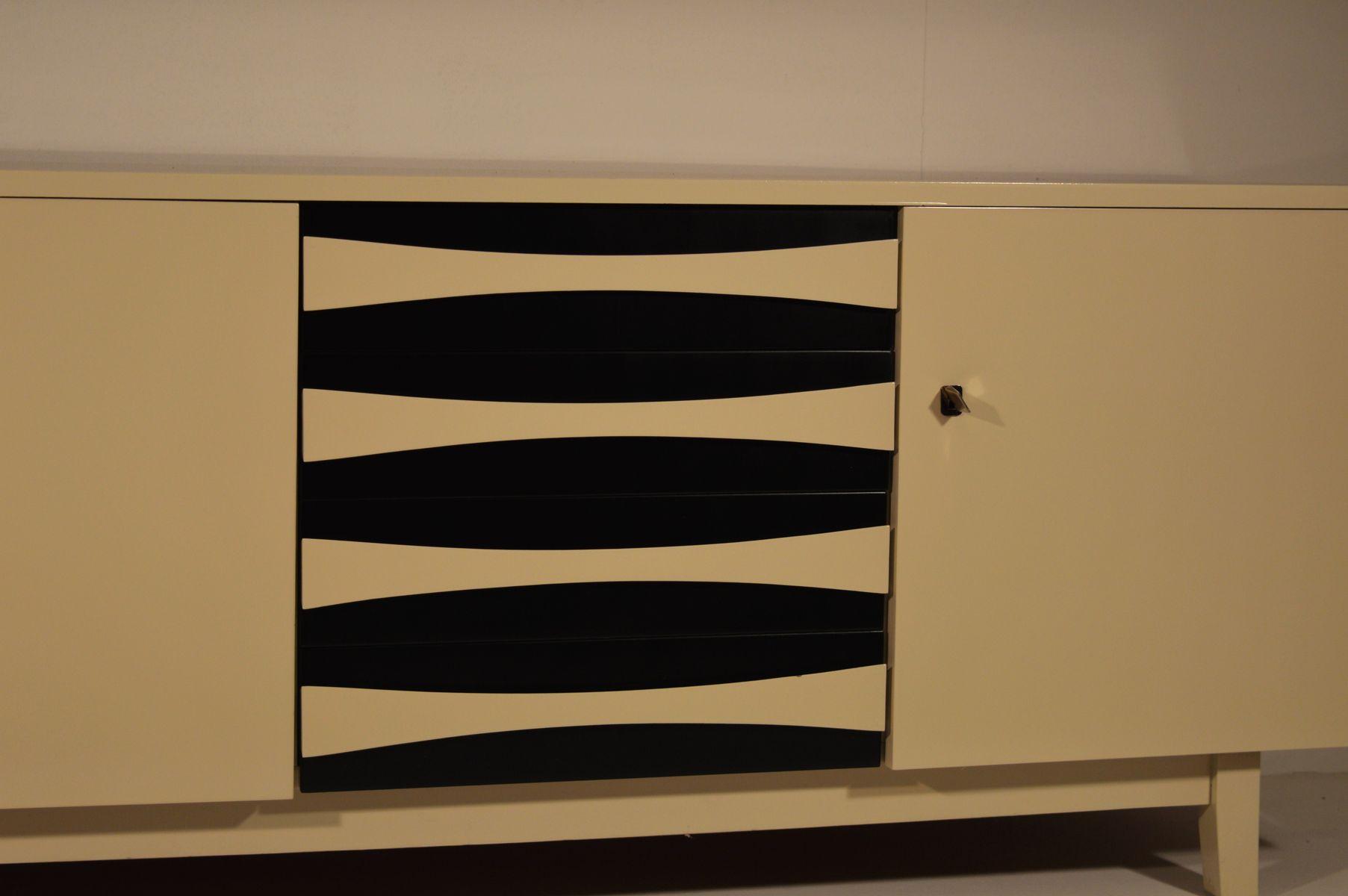 wei es midcentury sideboard mit schwarz wei en schubladen. Black Bedroom Furniture Sets. Home Design Ideas