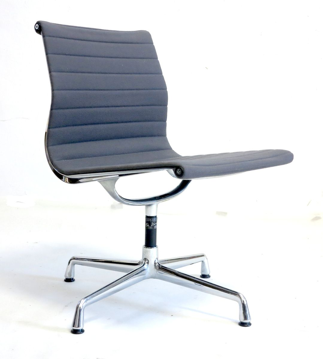 chaise pivotante vintage par charles ray eames pour vitra en vente sur pamono. Black Bedroom Furniture Sets. Home Design Ideas