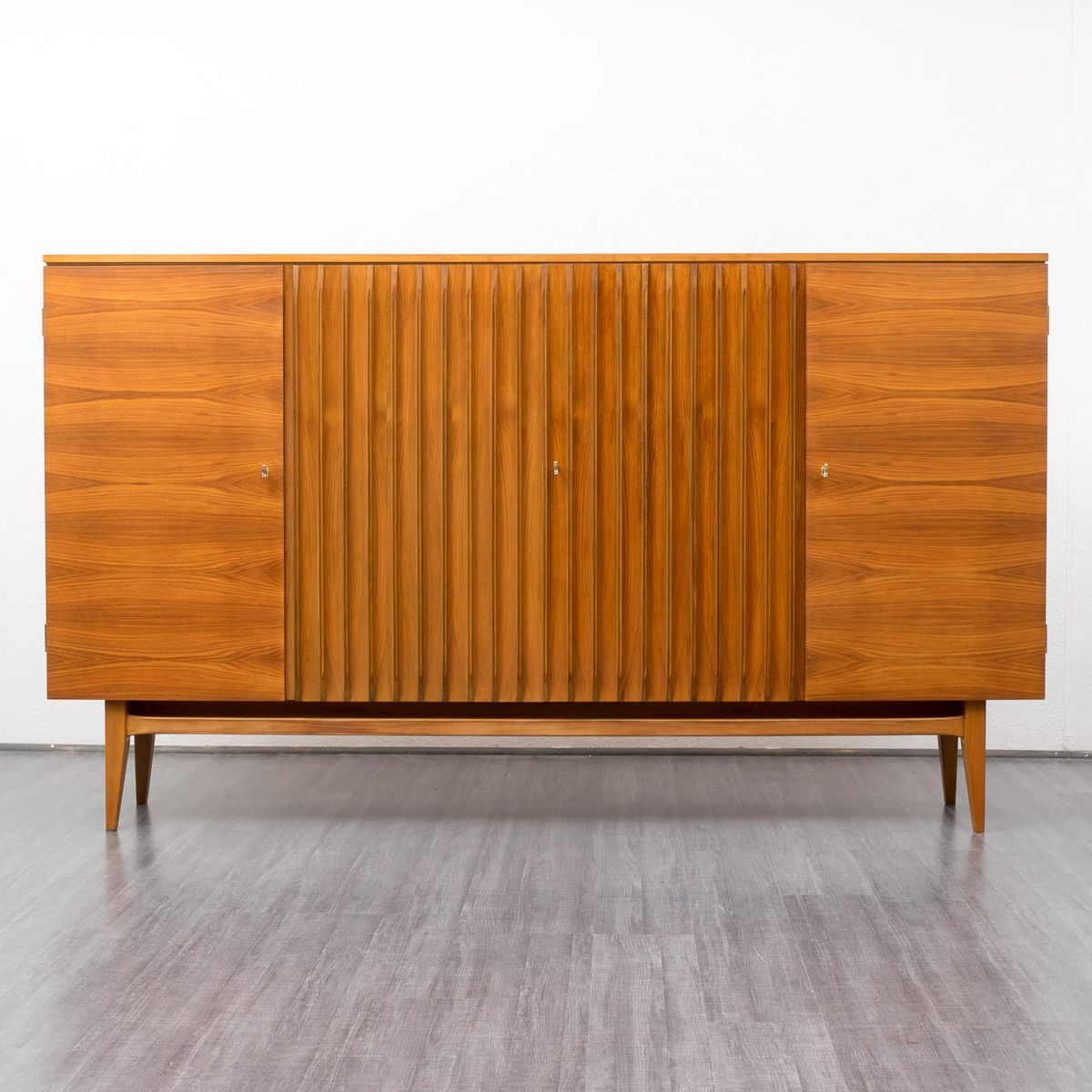 gro es nussbaum sideboard von deutsche werkm bel bei. Black Bedroom Furniture Sets. Home Design Ideas