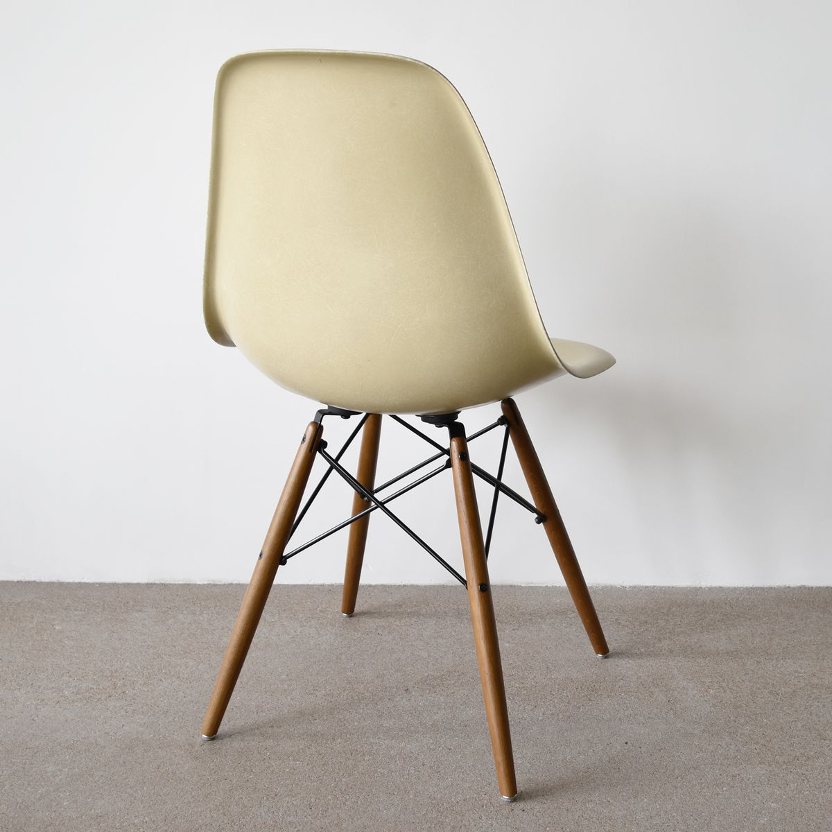 Beige dsw chair by charles and ray eames for herman miller for Inspiration dsw de charles ray eames