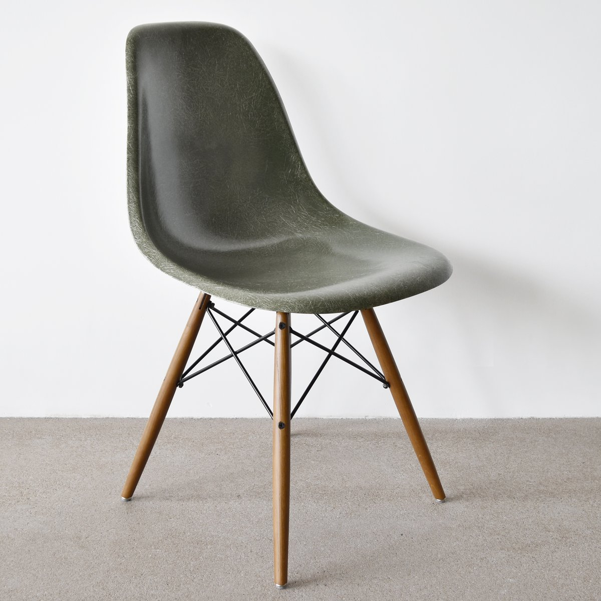 olive green dsw chair by charles and ray eames for herman. Black Bedroom Furniture Sets. Home Design Ideas