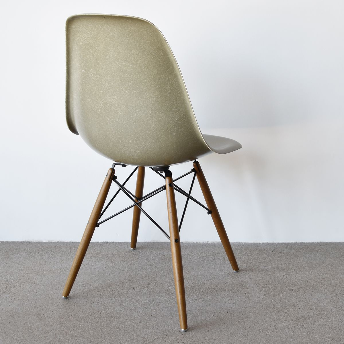 Dsw chair in raw umber by charles and ray eames for herman for Inspiration dsw de charles ray eames