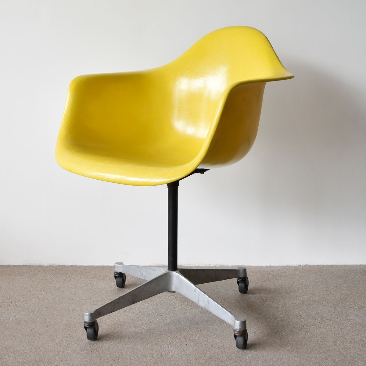 vintage pac chair in yellow by charles and ray eames for herman miller for sale at pamono. Black Bedroom Furniture Sets. Home Design Ideas