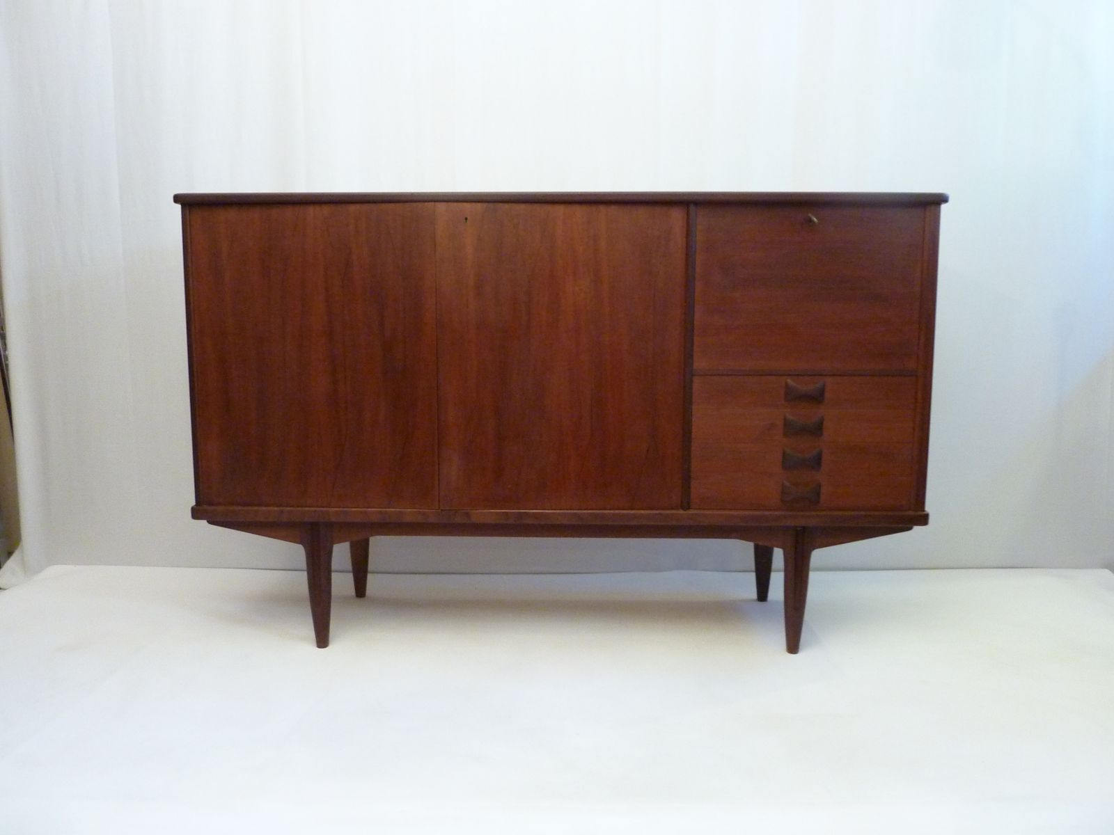 schwedisches mid century sideboard mit bar bei pamono kaufen. Black Bedroom Furniture Sets. Home Design Ideas