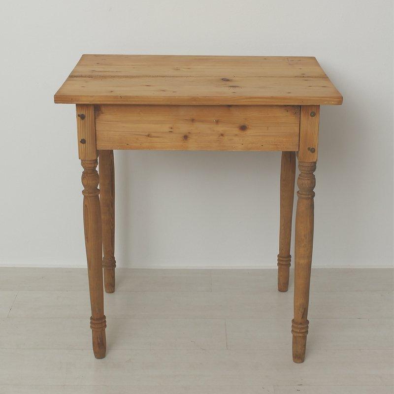 kleiner antiker beistelltisch aus tanne und fichte bei. Black Bedroom Furniture Sets. Home Design Ideas