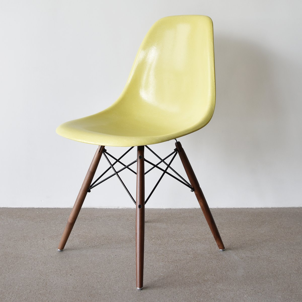 Lemon yellow dsw chair by charles and ray eames for herman for Inspiration dsw de charles ray eames