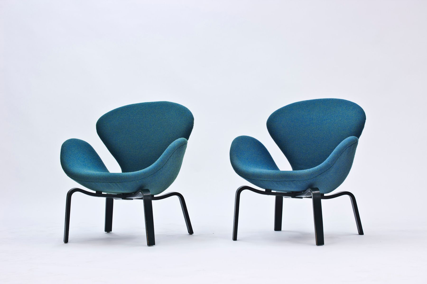 swan chairs by arne jacobsen for fritz hansen 1969 set of 2 for sale at pamono. Black Bedroom Furniture Sets. Home Design Ideas