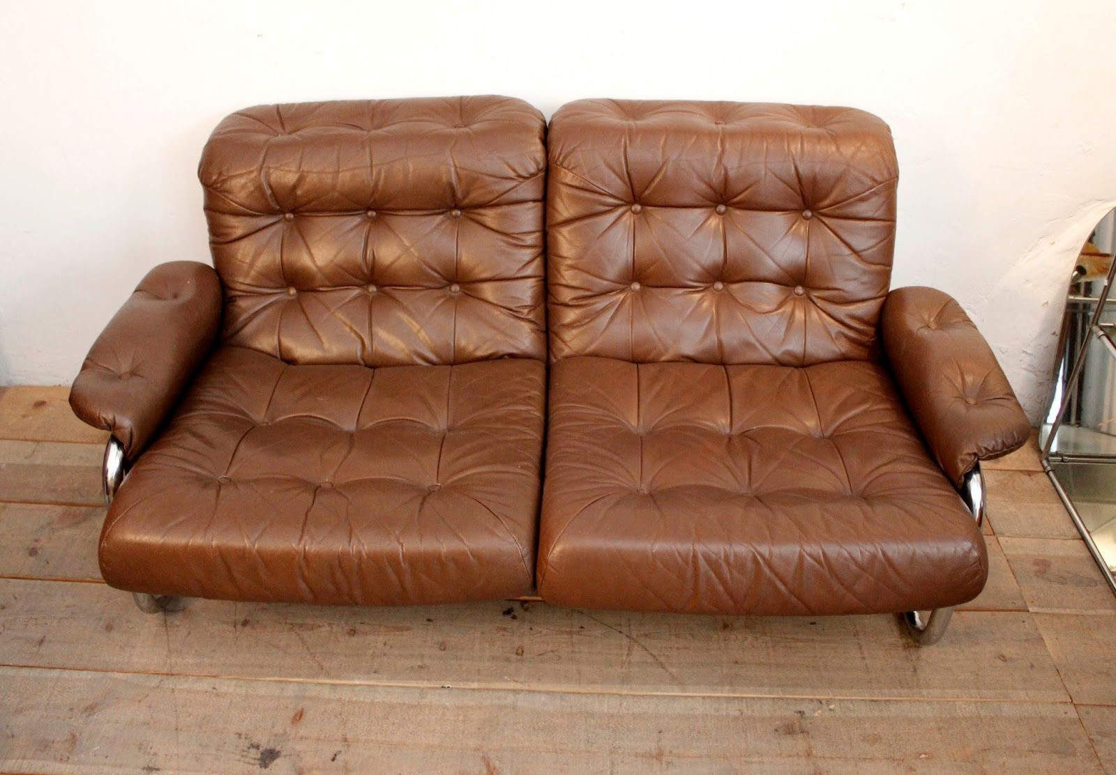 braunes vintage zweisitzer ledersofa bei pamono kaufen. Black Bedroom Furniture Sets. Home Design Ideas