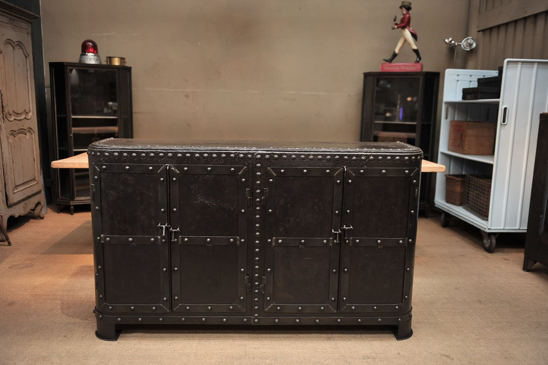 armoire industrielle en fer rivet france 1900s en vente. Black Bedroom Furniture Sets. Home Design Ideas