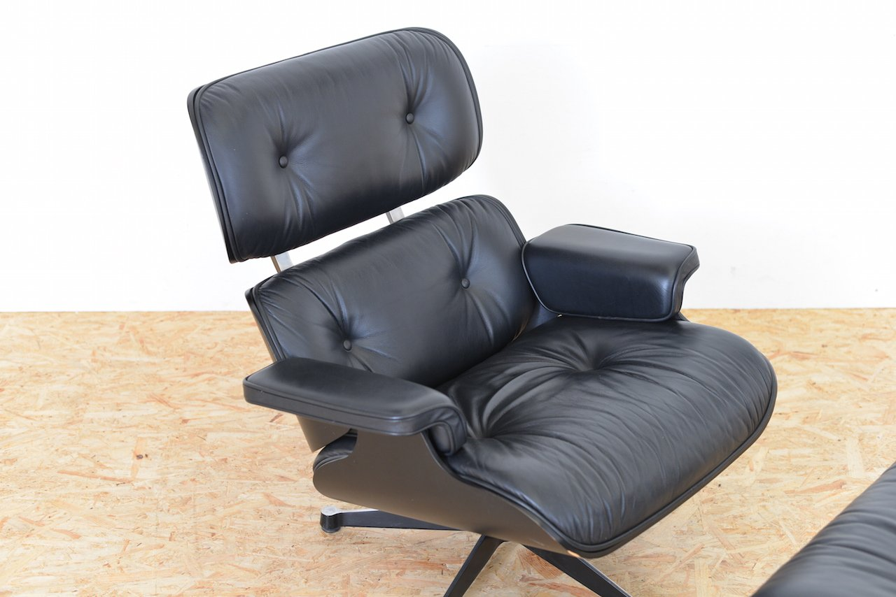 eames lounge sessel mit hocker von charles ray eames f r. Black Bedroom Furniture Sets. Home Design Ideas